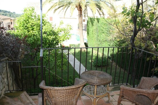 Sa Bisbal Rural Hotel: Small terrace with old chairs