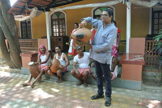 Goa - Chitra: Victor Hugo Gomez explains one of the instruments to us