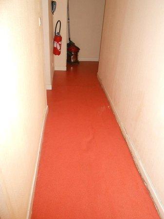 Hotel d'Alsace : Sinking floor in 4th floor hallway