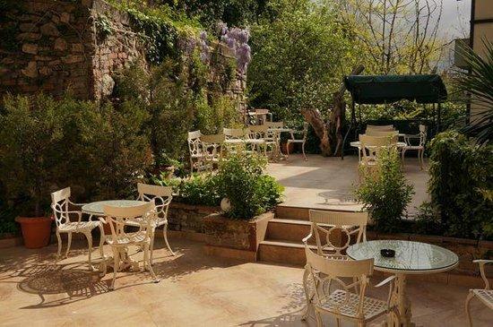 Tashkonak Hotel: Jardin/Terraza