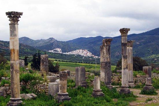Vista del paese vicino fra le colonne della città di Volubilis