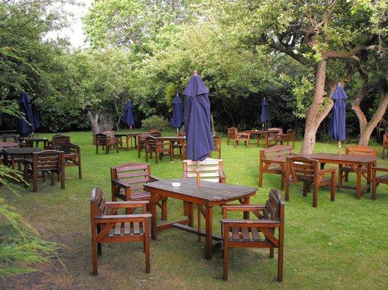 The Farmers Arms: Exstensive beer garden