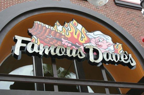 Famous Dave's Barbeque: Außenansicht