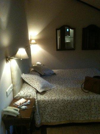 Hotel Pazo de Mendoza: decent double bed