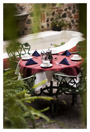Hotel Meson de Maria: Breakfast table in our front courtyard