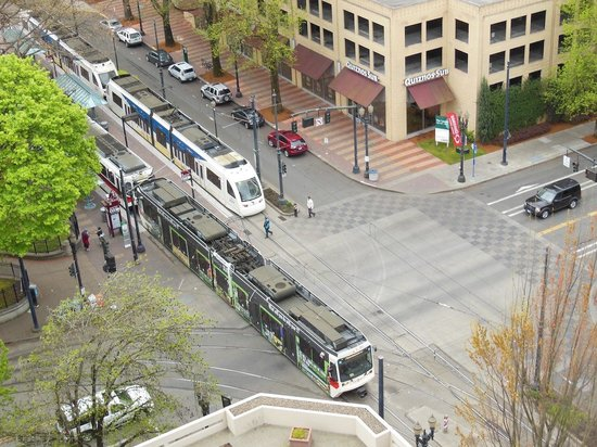 DoubleTree by Hilton Hotel Portland: View of the Light Rail Stop with Train