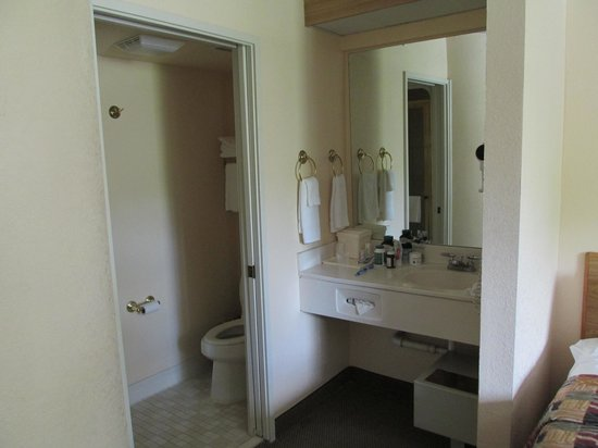 Sleep Inn at Miami International Airport: Room 236 Sink area
