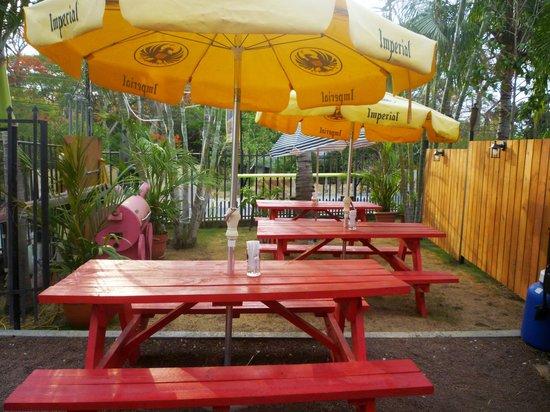 Papa Hog's Smokehouse: Outdoor picnic setting