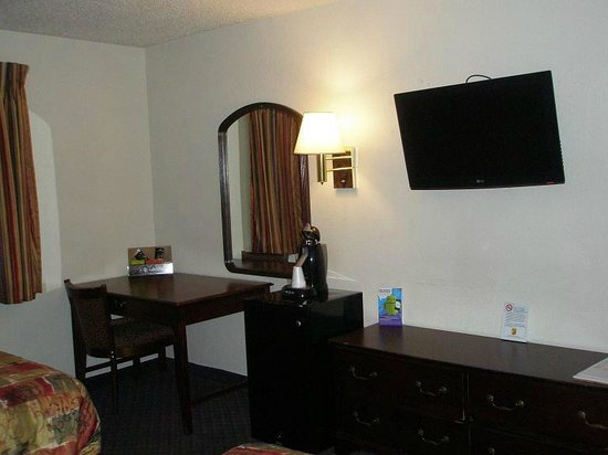 Super 8 Kenosha/Pleasant Prairie: Desk, fridge, coffee, TV