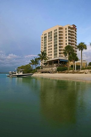 Lovers Key Resort: Come by boat to Flippers on the Bay!