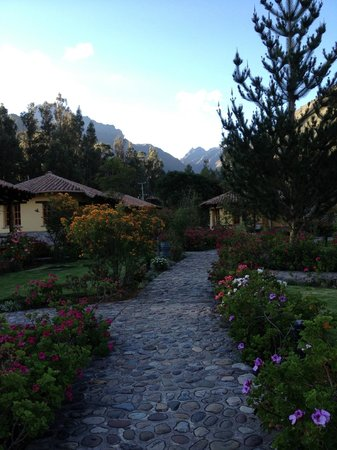 Sol y Luna - Relais & Chateaux: Flower-lined pathway leading to casitas