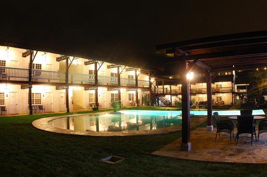 Hotel Luisiana: pool night view