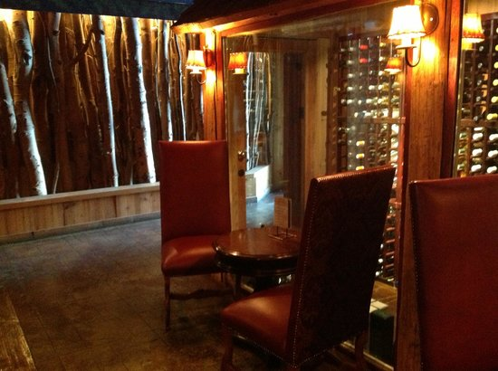 Rustic Inn Creekside Resort and Spa at Jackson Hole: Lovely wine bar area.