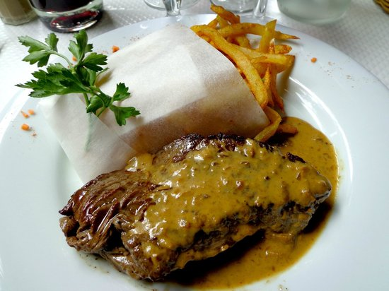 Le Jardin d'Ivy : Beef with mushrooms sauce and French fries