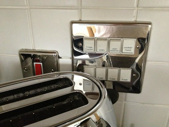 The Atrium Serviced Apartments : Clearly marked kitchen power switches