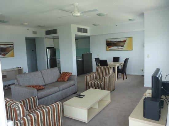 Oaks Gateway on Palmer: Lounge and kitchen