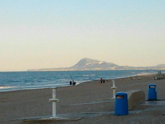Playa Miramar : Playa, vista sur con el Montgó al fondo.