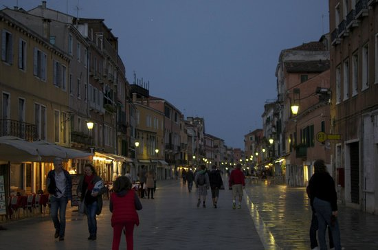 Hotel Ca' Formenta: The night picture of the street Ca' Formenta is located on
