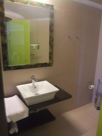 Steris Elegant Beach Hotel Apartment : good bathroom