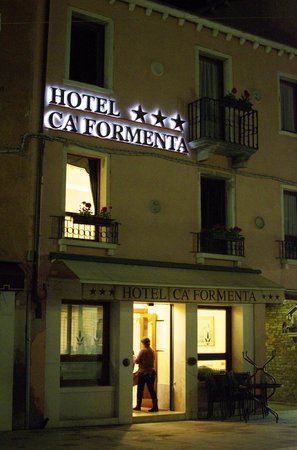 Hotel Ca' Formenta: Outside of the hotel at night