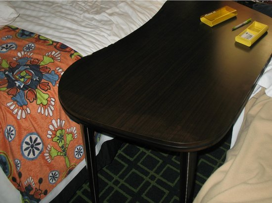 Fairfield Inn & Suites by Marriott San Diego Old Town: Desk on wheels fits perfectly between the beds.