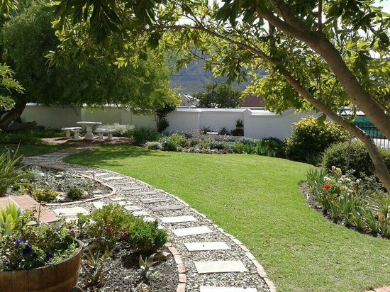 Anchorage Inn Guest House: Beautiful gardens