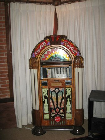 Hotel L'Auberge: old jukebox in the TV room