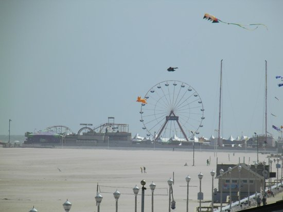Courtyard Ocean City Oceanfront: View down the boardwark towards the inlet