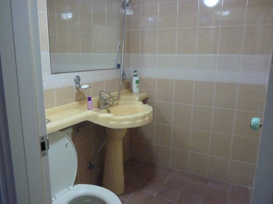 Pusan Inn Motel: spacious bathroom