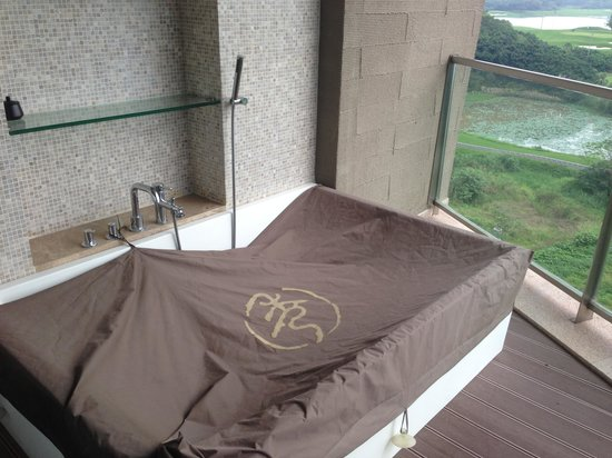 Castle Golf Hotel: There is a tub outside - but without screens I'm not sure who'll use it!?