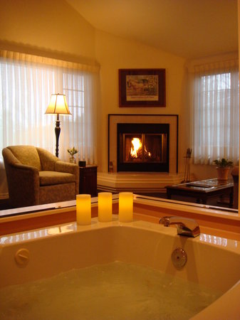 Romeo Inn: Stratford Suite jetted tub and fireplace
