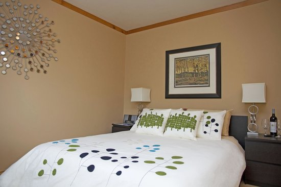 Hotel Squamish: One of our cozy Standard Queen Room set ups. Fillied with local Squamish art.