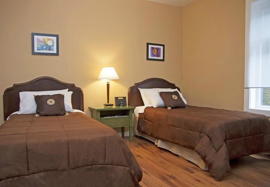 Hotel Squamish: The perfect room if you are taveling with a friend! 2 comfy single beds and a modest set up.