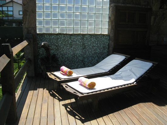Cachoeira Inn: lounge chairs on the hotel room level