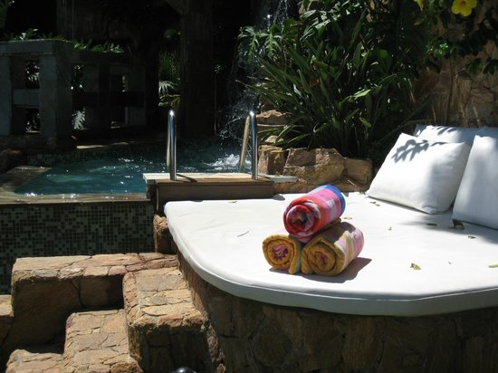 Cachoeira Inn: Double lounge chair with the pool to the side- lower level
