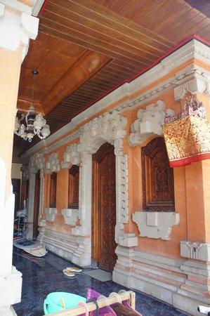 Kubu Kauh Beach Inn Legian: The family home