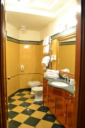 Hotel Hiberia: Nice Bathroom with jetted tub and shower