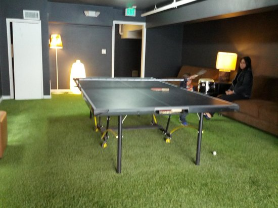 Shelter Hotels Los Angeles: game room with artificial grass