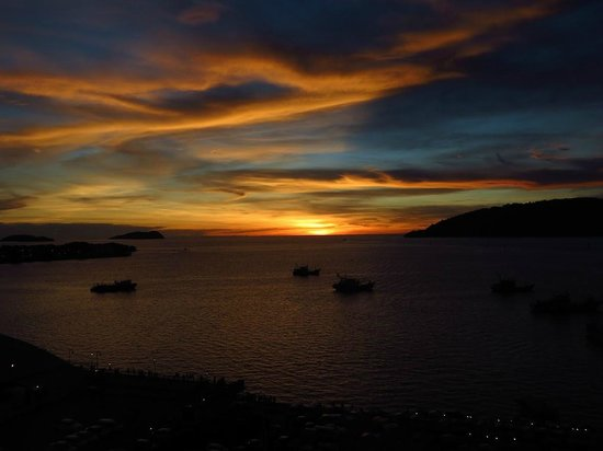 Le Meridien Kota Kinabalu: Sunset from our window