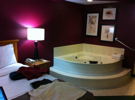 AmericInn Lodge & Suites Litchfield: Their queen jacuzzi room.  There is only one.