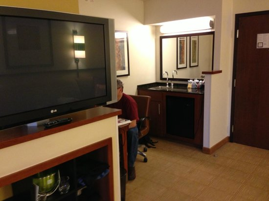 Hyatt Place Fremont/Silicon Valley: work area and small kitchen