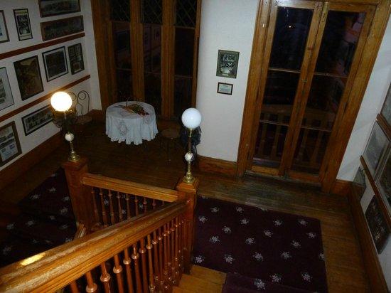 Miramont Castle Museum: Stairway landing