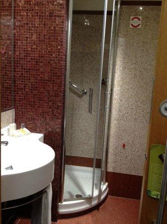 Hilton Garden Inn Rome Claridge: Corner shower
