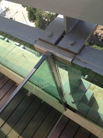 NH Buenos Aires Tango: Teia de aranha na sacada da suíte, falta de limpeza.