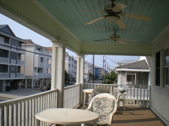 Beacon House Inn Bed & Breakfast : Porch - has two levels!