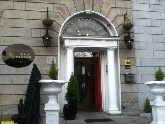 Leeson Bridge Guesthouse: Guest House from Upper Leeson St.