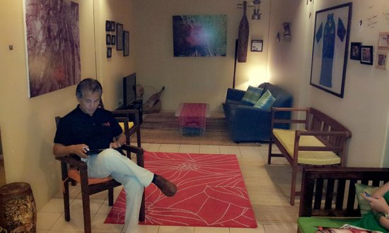 Rafflesia Inn: Mr Hanson, Co Owner chilling out at the lounge area