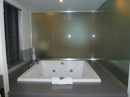 Pullman Port Douglas Sea Temple Resort & Spa: Whirlpool bathtub