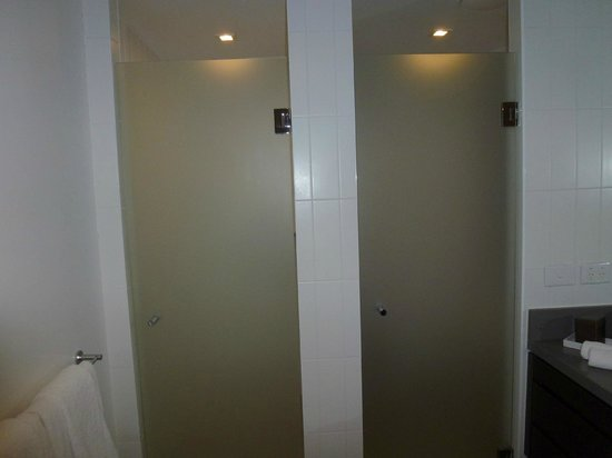 Pullman Port Douglas Sea Temple Resort & Spa: Shower door on the left; toilet on the right