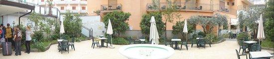 Hotel Ascot: Courtyard